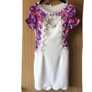 デイジーストア(dazzy store)の谷間魅せ花柄刺繍ピュアホワイトレイヤード風袖付きタイトミニドレス(ミニドレス)