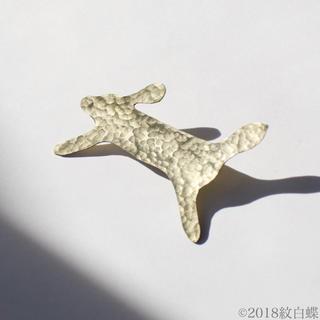 ミナペルホネン(mina perhonen)の真鍮ブローチ「うさぎ」rabbit ハンドメイド オリジナル(コサージュ/ブローチ)