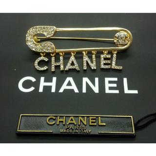 シャネル(CHANEL)の新品 CHANELシャネルロゴ ゴールドブローチ (ブローチ/コサージュ)