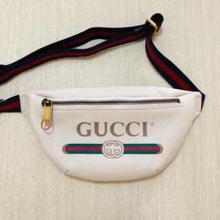 グッチ(Gucci)のGUCCI プリント レザー スモール ベルトバッグ  ホワイト(ボディーバッグ)