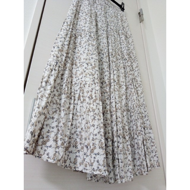 GU(ジーユー)のGU 花柄ティアードロングスカート Sサイズ レディースのスカート(ロングスカート)の商品写真