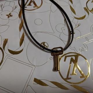 ルイヴィトン(LOUIS VUITTON)のルイヴィトン カバンの鍵 ネックレス チャーム 革紐付 ③(ネックレス)