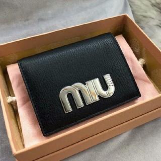 ミュウミュウ(miumiu)の新品正規品 MIUMIU ミュウミュウ パテントレザー 折り財布(折り財布)