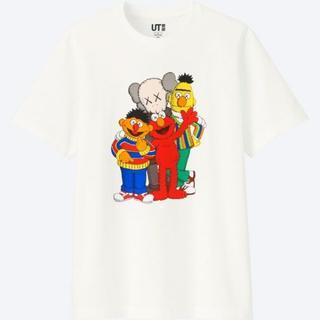 ユニクロ(UNIQLO)のユニクロ カウズ セサミストリート Tシャツ 白 XLサイズ(Tシャツ/カットソー(半袖/袖なし))