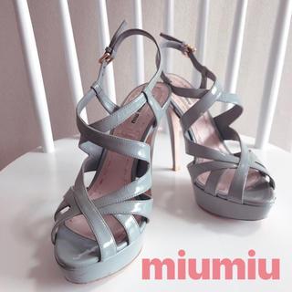 ミュウミュウ(miumiu)のmiumiu エナメル ストラップサンダル(サンダル)