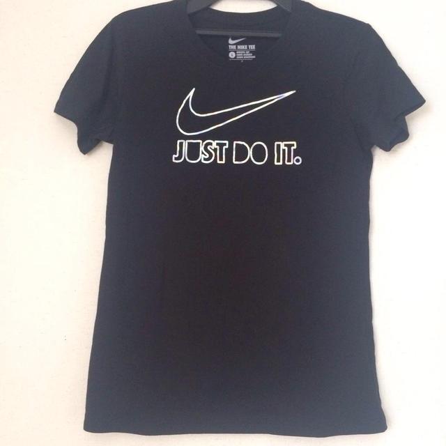 NIKE(ナイキ)のナイキシルバーロゴTシャツ レディースのトップス(Tシャツ(半袖/袖なし))の商品写真