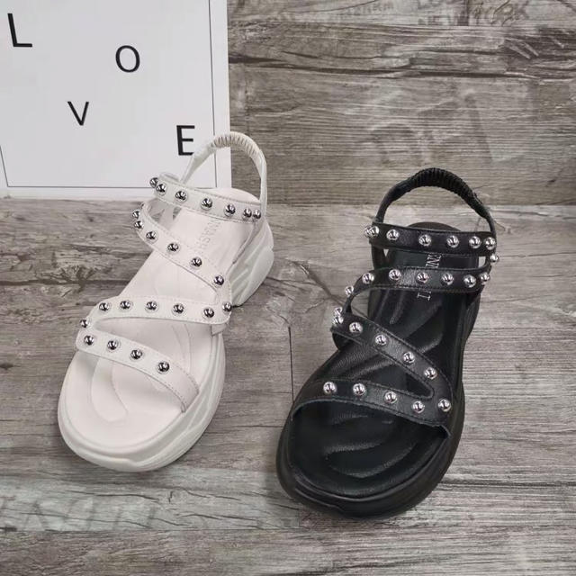 スニーカーサンダル スポーツサンダル 厚底 ペッタン スタッズ インポート レディースの靴/シューズ(サンダル)の商品写真