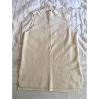 ユニクロ(UNIQLO)のノースリーブニット(カットソー(半袖/袖なし))