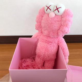 メディコムトイ(MEDICOM TOY)の新品 KAWS ぬいぐるみ 世界3,000体限定 カウズ ピンク(ぬいぐるみ)