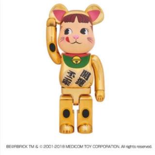 メディコムトイ(MEDICOM TOY)のBE@RBRICK 不二家 招き猫 金メッキ ペコちゃん 1000%ベアブリック(その他)