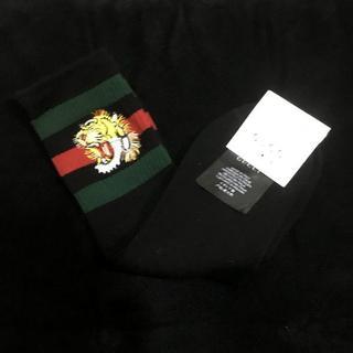グッチ(Gucci)の【グッチ】トラ 刺繍 ハイソックス 黒+緑+赤(ソックス)