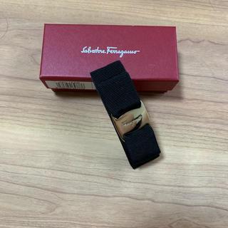 サルヴァトーレフェラガモ(Salvatore Ferragamo)のフェラガモ  ゴールドリボン バレッタ 黒 ブラック 美品(バレッタ/ヘアクリップ)