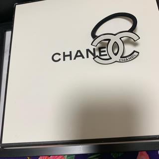 シャネル(CHANEL)のノベルティーグッズ♡ヘアゴム 白ロゴ♡ヘアピンもつけます♡(ノベルティグッズ)