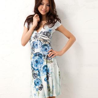 ビーシービージーマックスアズリア(BCBGMAXAZRIA)のLA Sublimation dress of blue rose s (ひざ丈ワンピース)