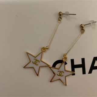 シャネル(CHANEL)のノベルティーグッズ♡白スターピアス♡ヘアピンもつけます!(ノベルティグッズ)