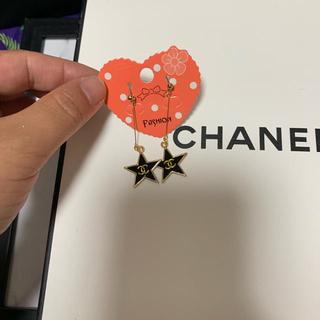 シャネル(CHANEL)のノベルティーグッズ♡黒スターピアス♡ヘアピンもつけます!(ノベルティグッズ)