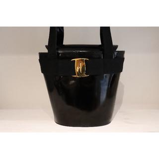 サルヴァトーレフェラガモ(Salvatore Ferragamo)のFerragamo フェラガモ ヴァラ バケツ型 ハンドバッグ 黒(ハンドバッグ)