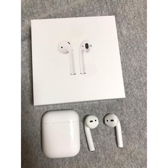 Apple(アップル)のAirPods  2019年 スマホ/家電/カメラのオーディオ機器(ヘッドフォン/イヤフォン)の商品写真