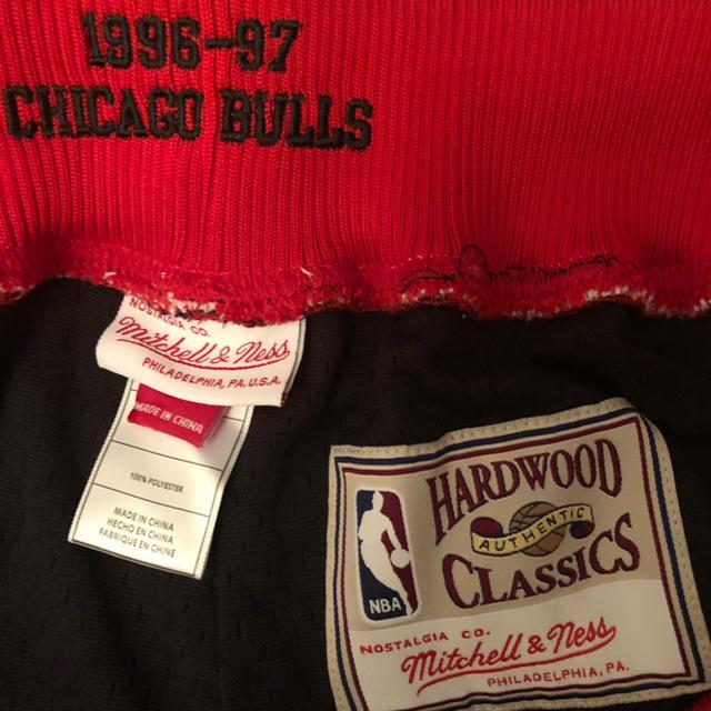 MITCHELL & NESS(ミッチェルアンドネス)のMitchell&ness NBA CHICAGO bullsバスパン メンズのパンツ(ショートパンツ)の商品写真