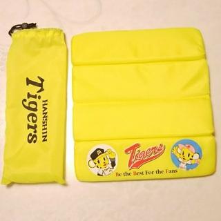 ハンシンタイガース(阪神タイガース)の阪神タイガース 携帯用座布団 どこでもおざぶ  新品(応援グッズ)