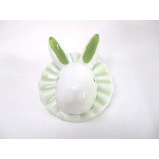 【新品】陶器製うさぎのブローチ(緑)【送料込み】【輸入雑貨】(ブローチ/コサージュ)