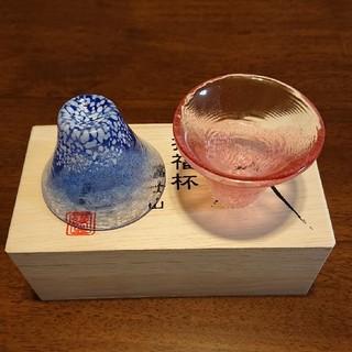 トウヨウササキガラス(東洋佐々木ガラス)の招福杯 富士山 冷酒杯揃え青&赤ペア(食器)