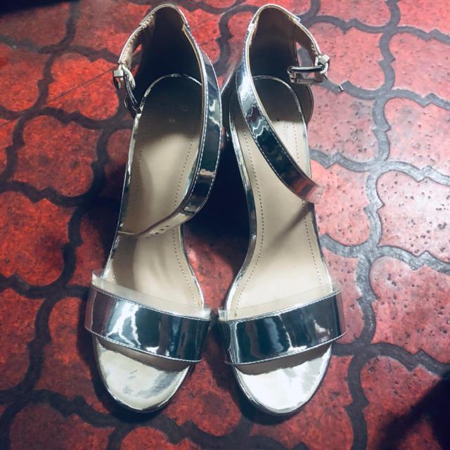 Bershka(ベルシュカ)の【美品】Bershka ベルシュカ 夏 サンダル ヒール シルバー  レディースの靴/シューズ(サンダル)の商品写真