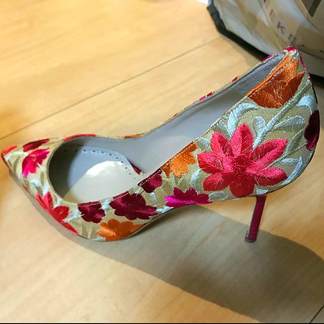 MANOLO BLAHNIK(マノロブラニク)の【未使用】マノロブラニク刺繍入りパンプス レディースの靴/シューズ(ハイヒール/パンプス)の商品写真