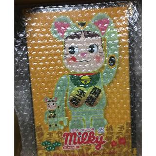 メディコムトイ(MEDICOM TOY)の招き猫 ペコちゃん 蓄光 100% & 400% 新品(その他)
