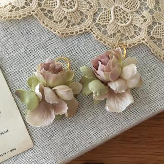 モーブバラとアンティークグリーン、ベージュ紫陽花のピアス(ピアス)