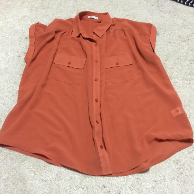 GU(ジーユー)のオレンジシャツ レディースのトップス(シャツ/ブラウス(半袖/袖なし))の商品写真