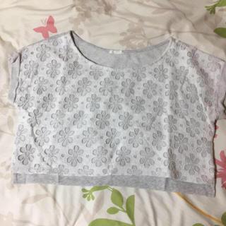 ジーユー(GU)のGU.トップス.花柄レース.グレー(Tシャツ(半袖/袖なし))