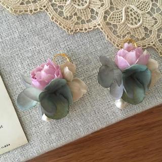 ローズピンクバラとベージュ、ブルーグリーン紫陽花のピアス(ピアス)