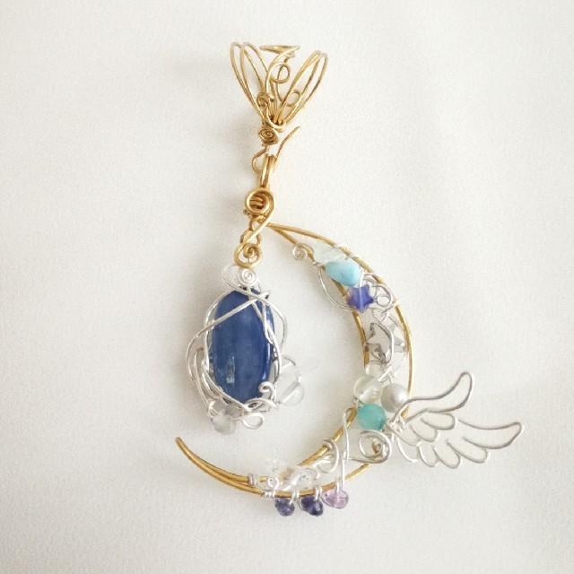 カイヤナイトの三日月ワイヤーペンダント ハンドメイドのアクセサリー(ネックレス)の商品写真
