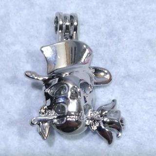 スカル(ドクロ)型のアロマペンダント(ポンポン20個付)ネックレスの長さ45cm(ネックレス)