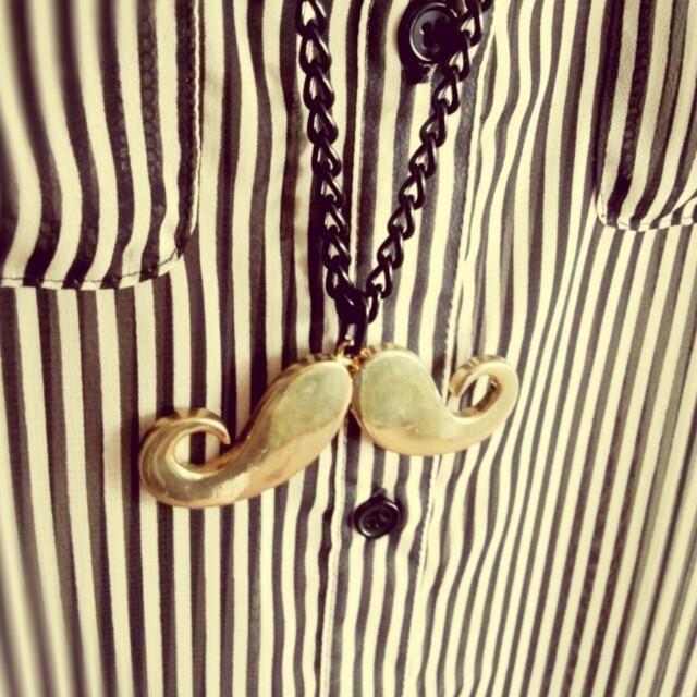 GU(ジーユー)のおひげネックレス+ストライプトップス レディースのトップス(シャツ/ブラウス(半袖/袖なし))の商品写真