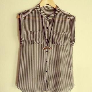 ジーユー(GU)のおひげネックレス+ストライプトップス(シャツ/ブラウス(半袖/袖なし))