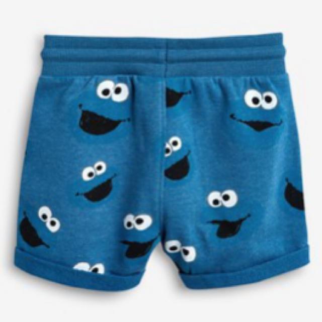 SESAME STREET(セサミストリート)の【新品】ブルー Cookie Monster 総柄ショートパンツ 100cm キッズ/ベビー/マタニティのキッズ服 男の子用(90cm~)(パンツ/スパッツ)の商品写真