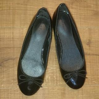 ユニクロ(UNIQLO)のユニクロ エナメル ローヒール パンプス 黒 22.5(バレエシューズ)