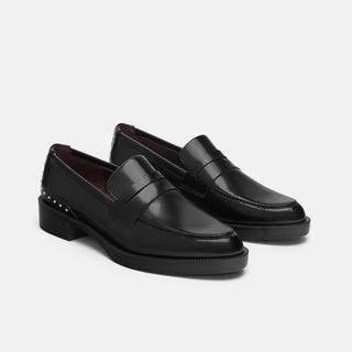 ザラ(ZARA)のZARA スタッズ付きローファー 黒 美品 完売 新作(ローファー/革靴)