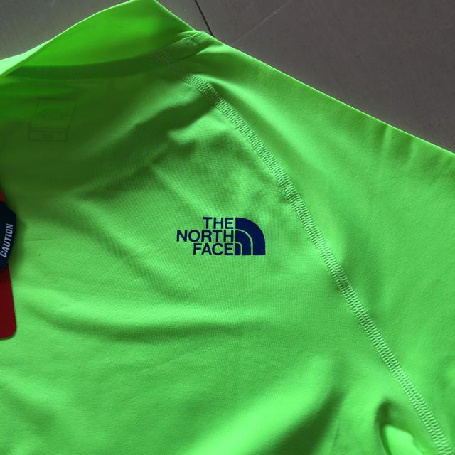 THE NORTH FACE(ザノースフェイス)のTHE NORTH FACE 150 ラッシュガード 水着 緑系 レジャー 海 キッズ/ベビー/マタニティのキッズ服 男の子用(90cm~)(水着)の商品写真