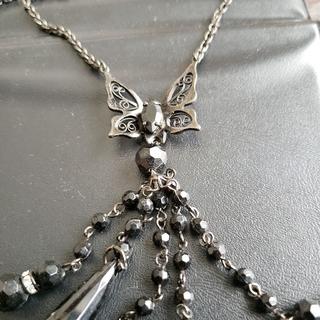 オッズオン(OZZON)の蝶 ネックレス ozz on 揺れて華やか シックなデザイン(ネックレス)