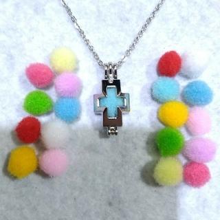クロス(十字架)のアロマペンダント、ネックレス45cm、アロマポンポン20個付(ネックレス)