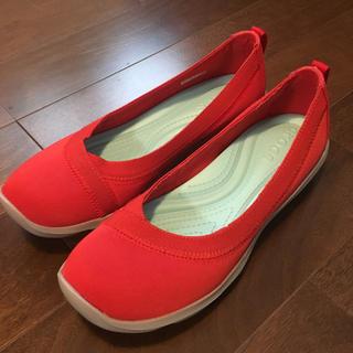 クロックス(crocs)の美品!クロックス 赤軽いスニーカー(サンダル)