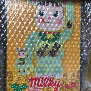 フジヤ(不二家)のBE RBRICK 招き猫ペコちゃん蓄光100% & 400% (その他)