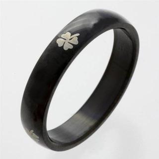 クローバーデザインのサージカルステンレス・リング(黒) SGR1560(リング(指輪))