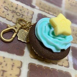 キューポット(Q-pot.)のQ-pot.ソラマチ限定トゥインクルスターカップケーキ バッグチャーム 未使用(バッグチャーム)