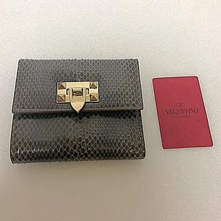 ヴァレンティノガラヴァーニ(valentino garavani)の新品😊バレンティノエキゾチックレザー折りたたみ財布✨(財布)