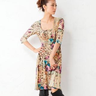 ビーシービージーマックスアズリア(BCBGMAXAZRIA)のLA Autumnal scenery Gemini Rose dress(ひざ丈ワンピース)