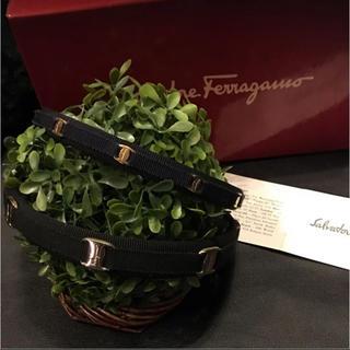 サルヴァトーレフェラガモ(Salvatore Ferragamo)のフェラガモ カチューシャ 黒 ブラック ゴールド(カチューシャ)